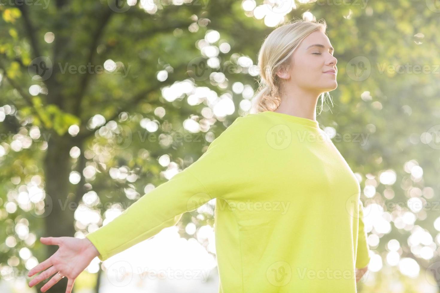 fit gelukkig blonde genieten van de zon foto