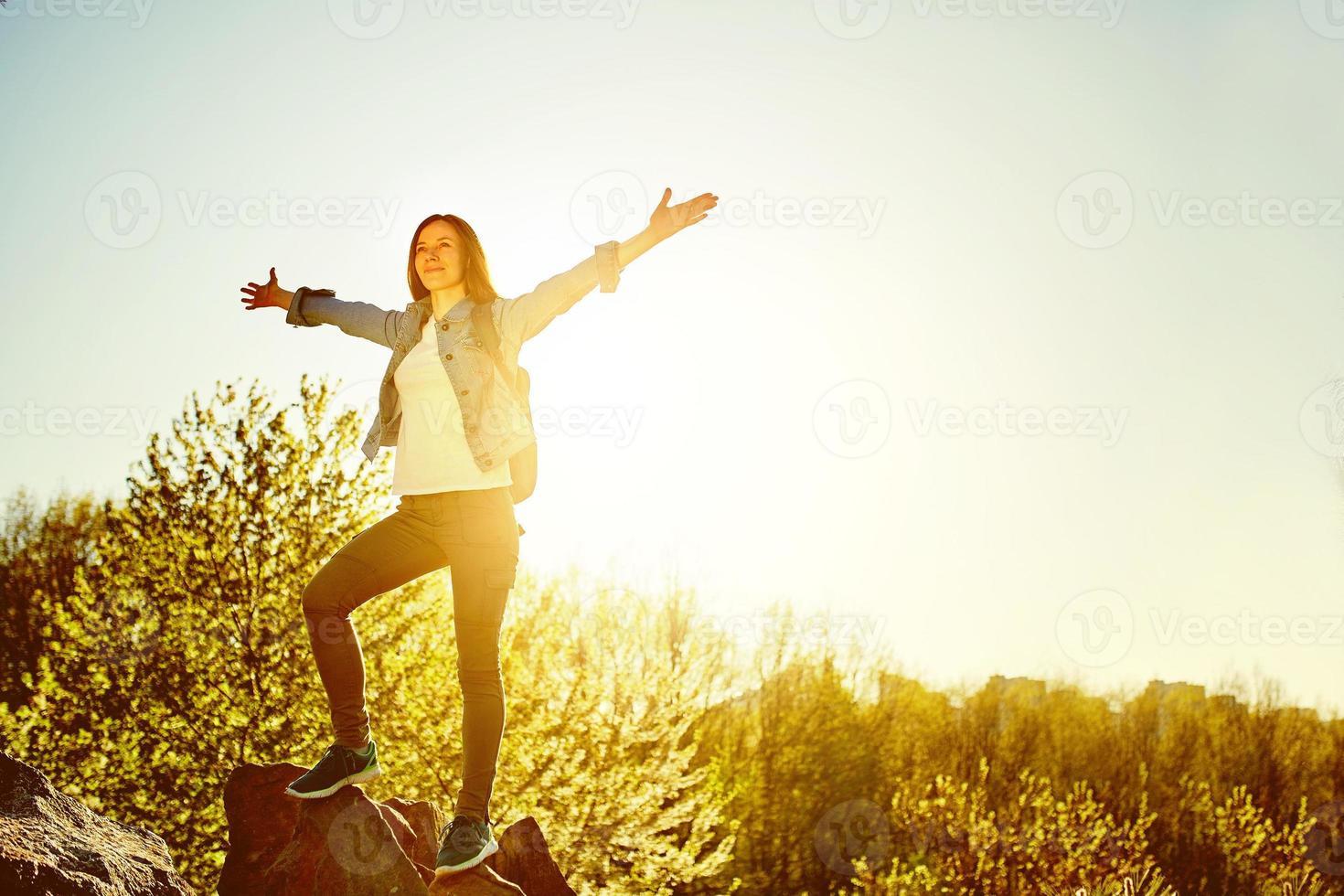 vrouw bergwandelaar met rugzak genieten van uitzicht foto