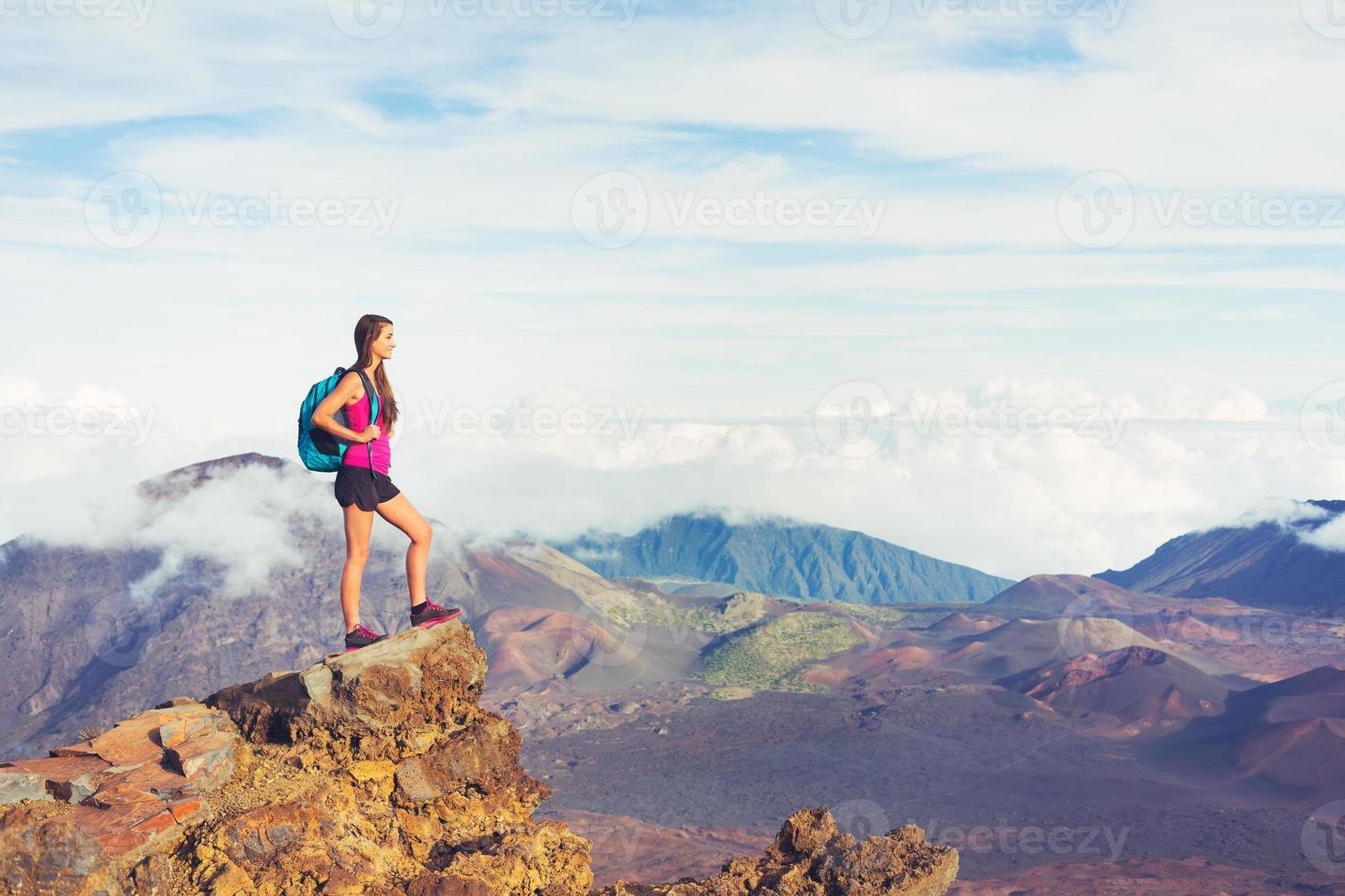 vrouw wandelaar in de bergen genieten van het buitenleven foto