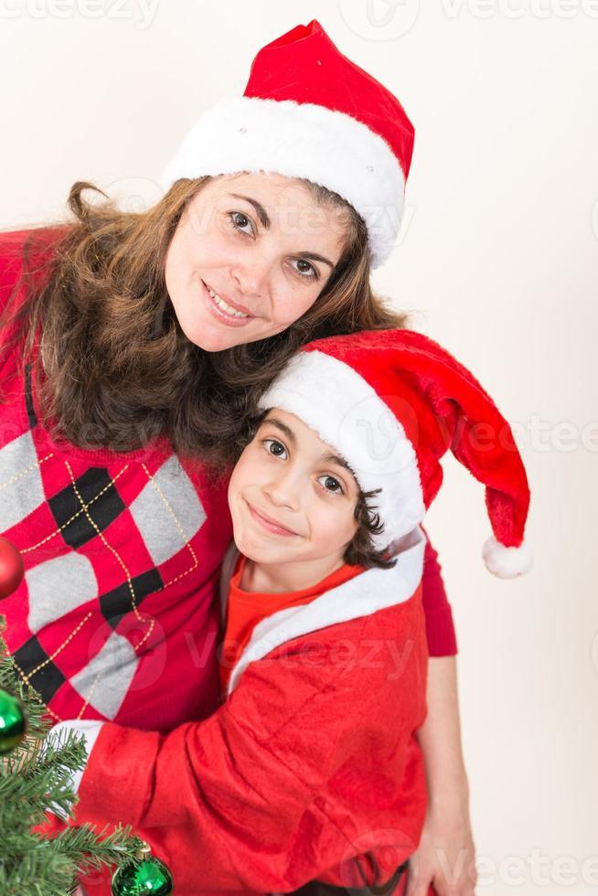 alleenstaande moeder en zoon thuis genieten van Kerstmis foto