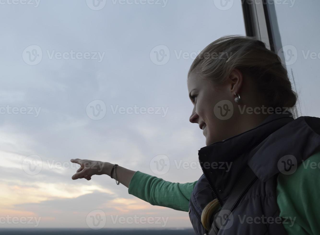 Duitsland, Berlijn, jonge blonde vrouw op uitzichttoren foto