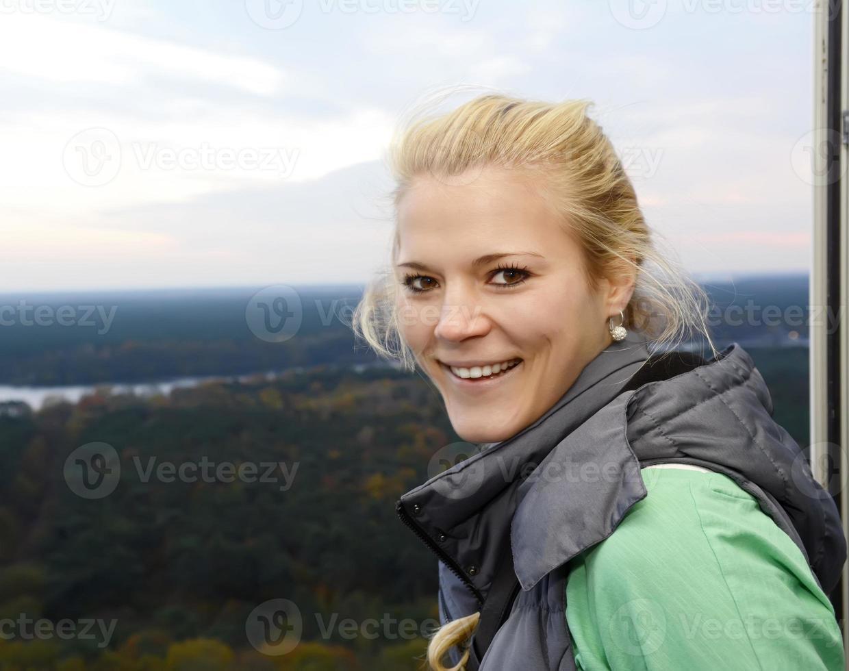 Duitsland, Berlijn, lachende jonge vrouw op uitkijktoren foto
