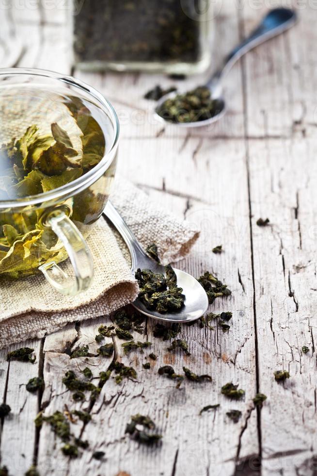 kopje groene thee en lepels foto