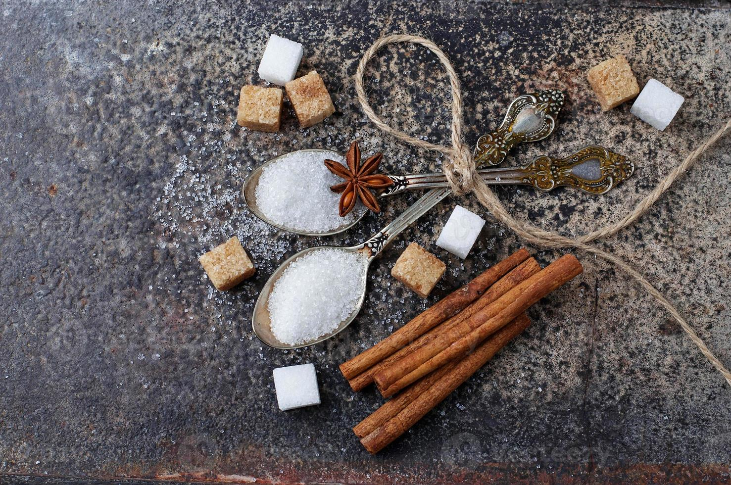 witte en bruine suiker in lepel. foto