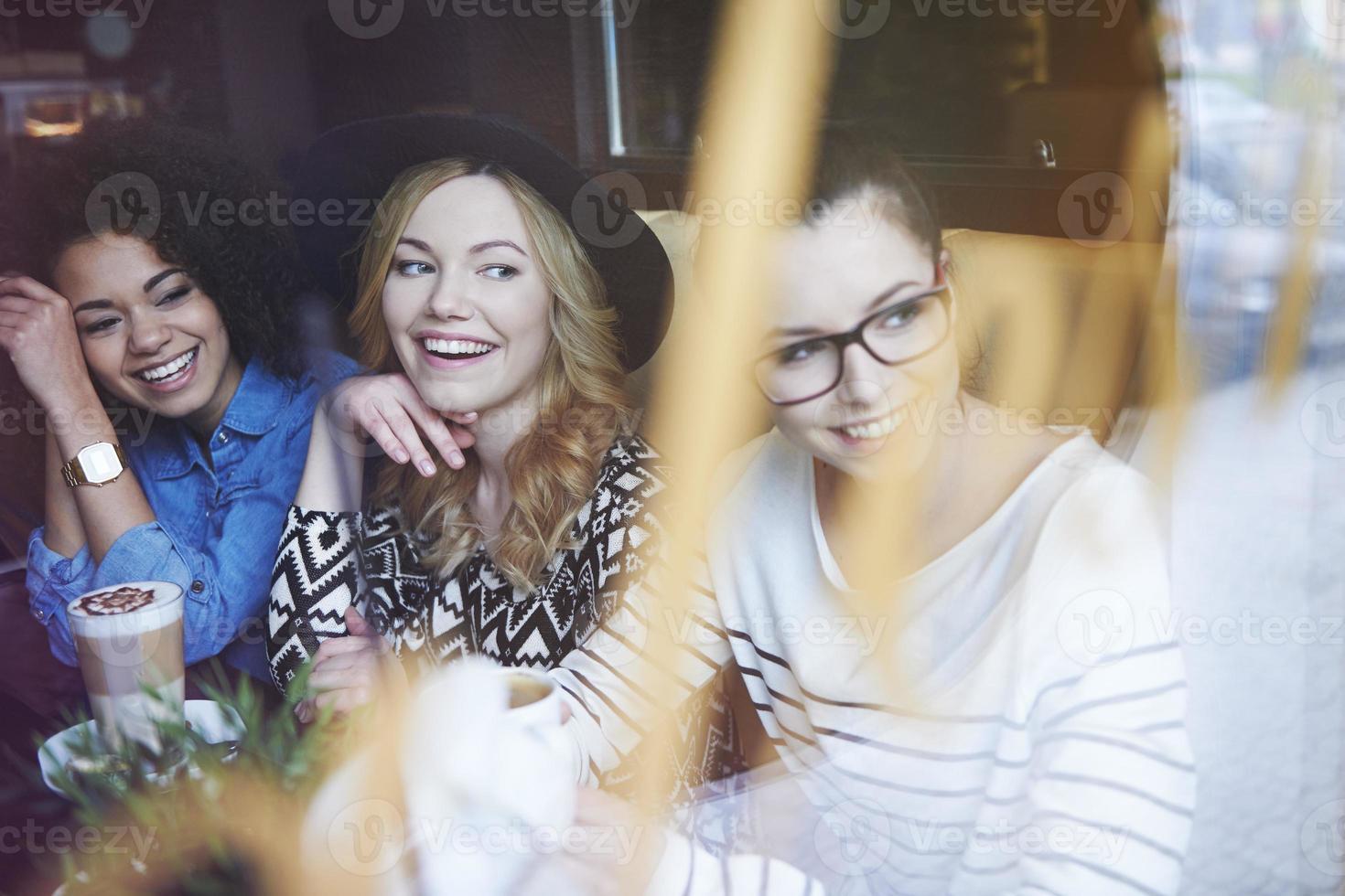 ontmoeting van de beste vrienden in een klein café foto