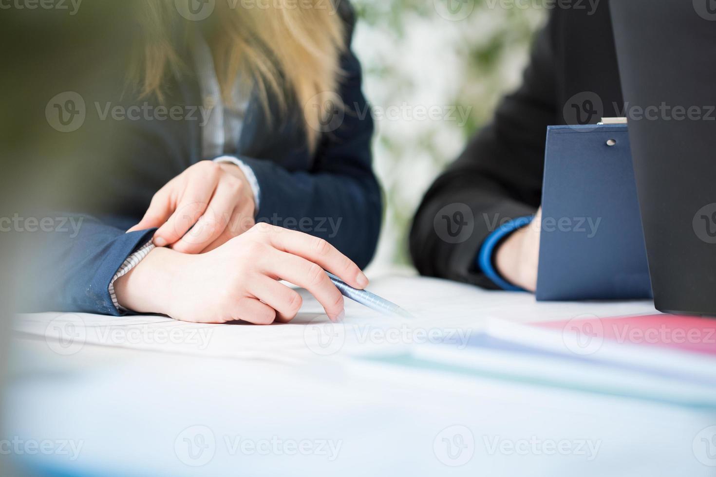 man en vrouwenhanden foto