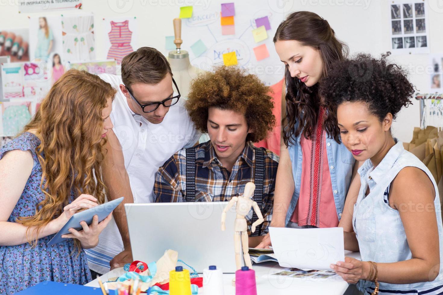 ontwerpers die laptop en digitale tablet gebruiken foto