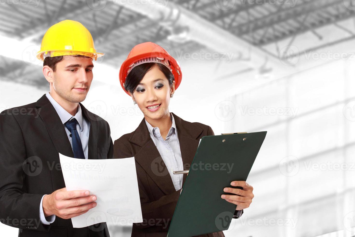 mannelijke en vrouwelijke architect op de bouwplaats foto