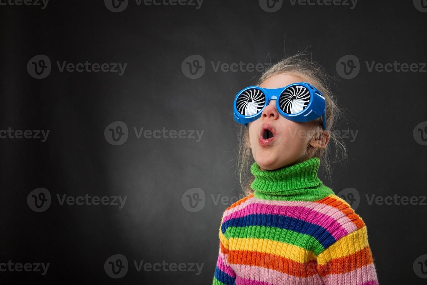klein meisje in partij bril foto
