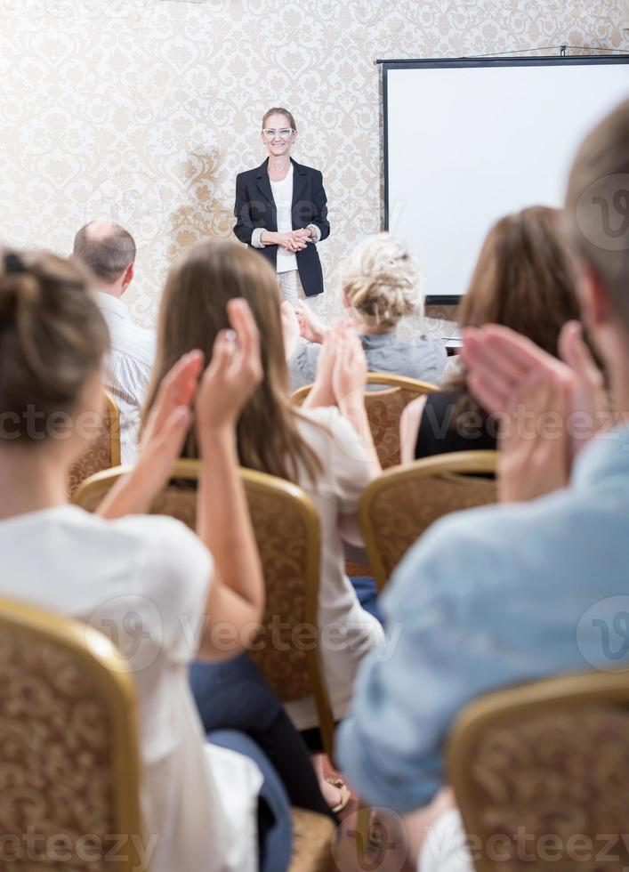 publiek applaudisserende hoogleraar na lezing foto