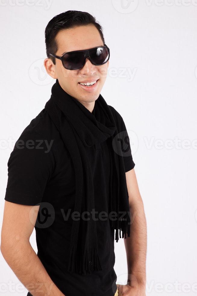 Spaanse man in zwart shirt en zonnebril foto