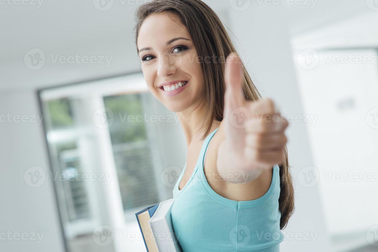 gelukkig student duimen omhoog foto
