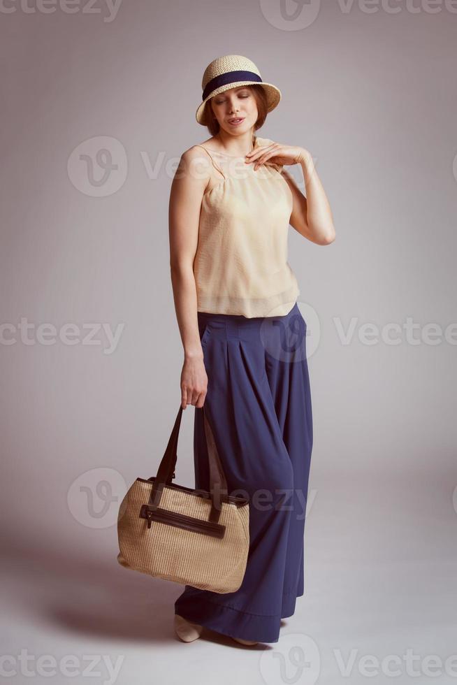 elegante vrouw in retro pak foto