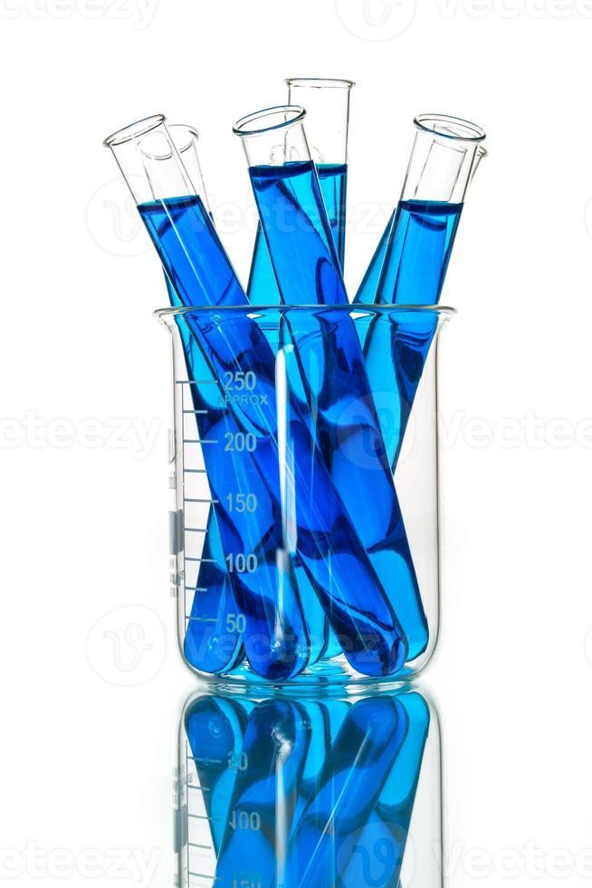 reageerbuisjes blauwe vloeistof, laboratoriumglaswerk foto