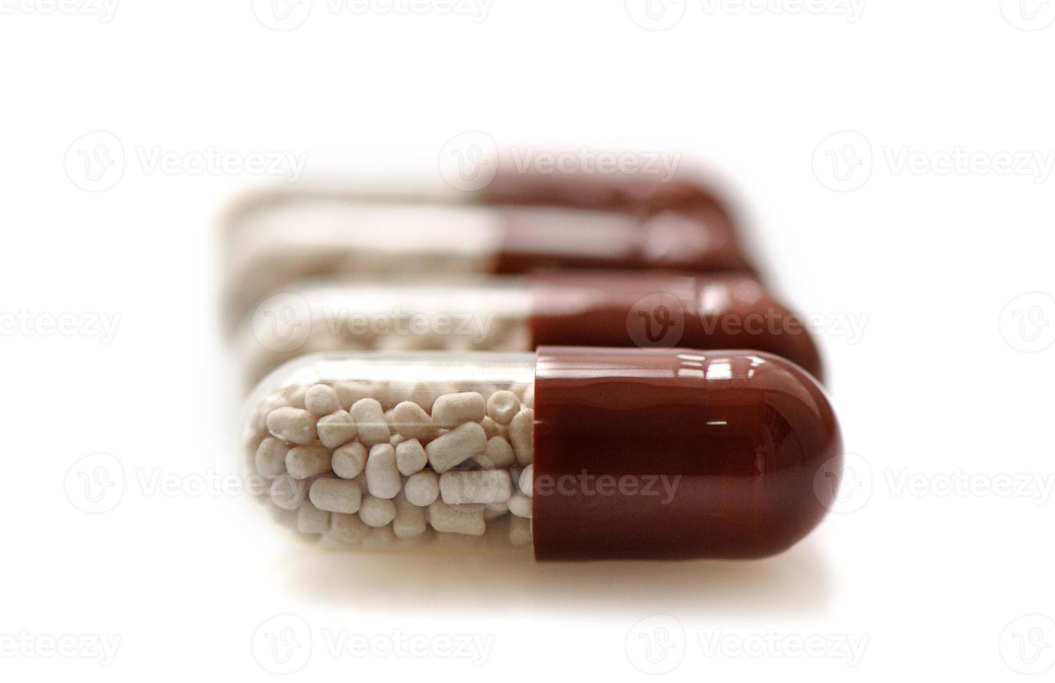 medische capsules die op witte achtergrond worden geïsoleerd foto