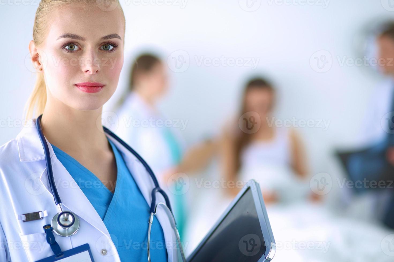 vrouw arts permanent met map in ziekenhuis foto