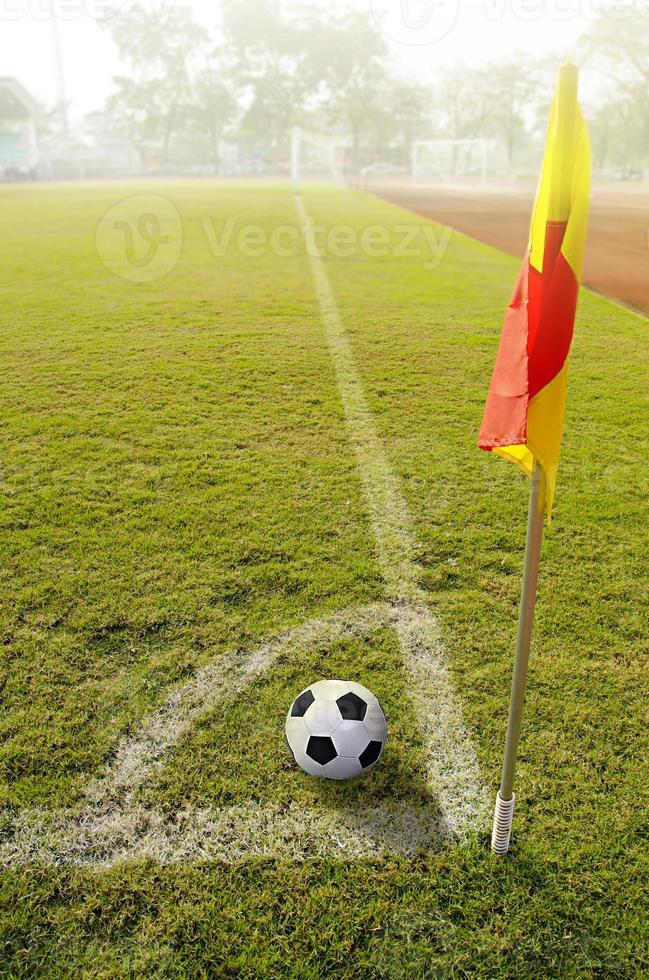 hoek vlag met bal op een voetbalveld foto