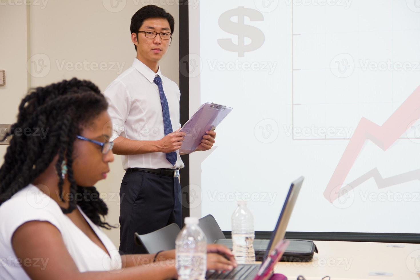 presentator presenteert & studenten werken in internationale klaslokaal foto