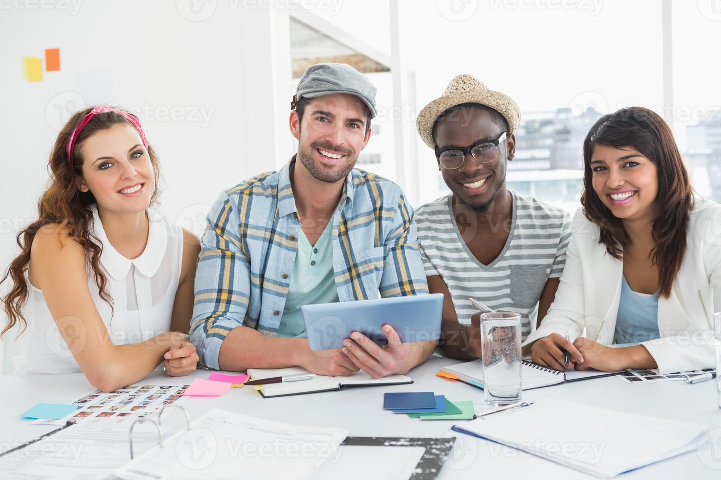 lachende collega's met behulp van digitale tablet foto