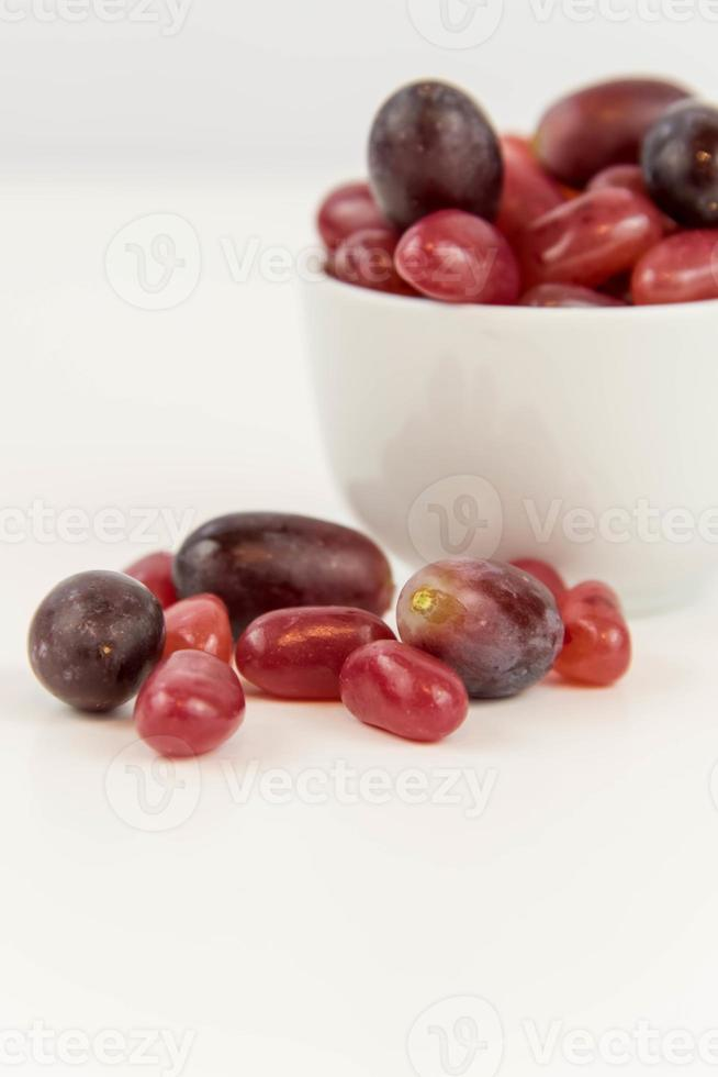 paarse druiven versus paarse jelly beans foto
