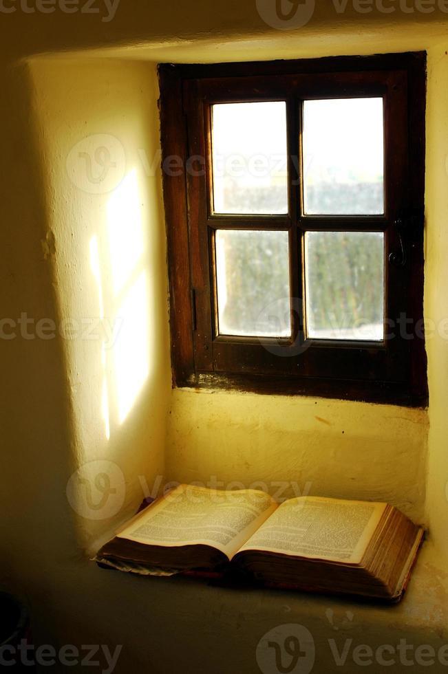 boek in raamlicht. foto