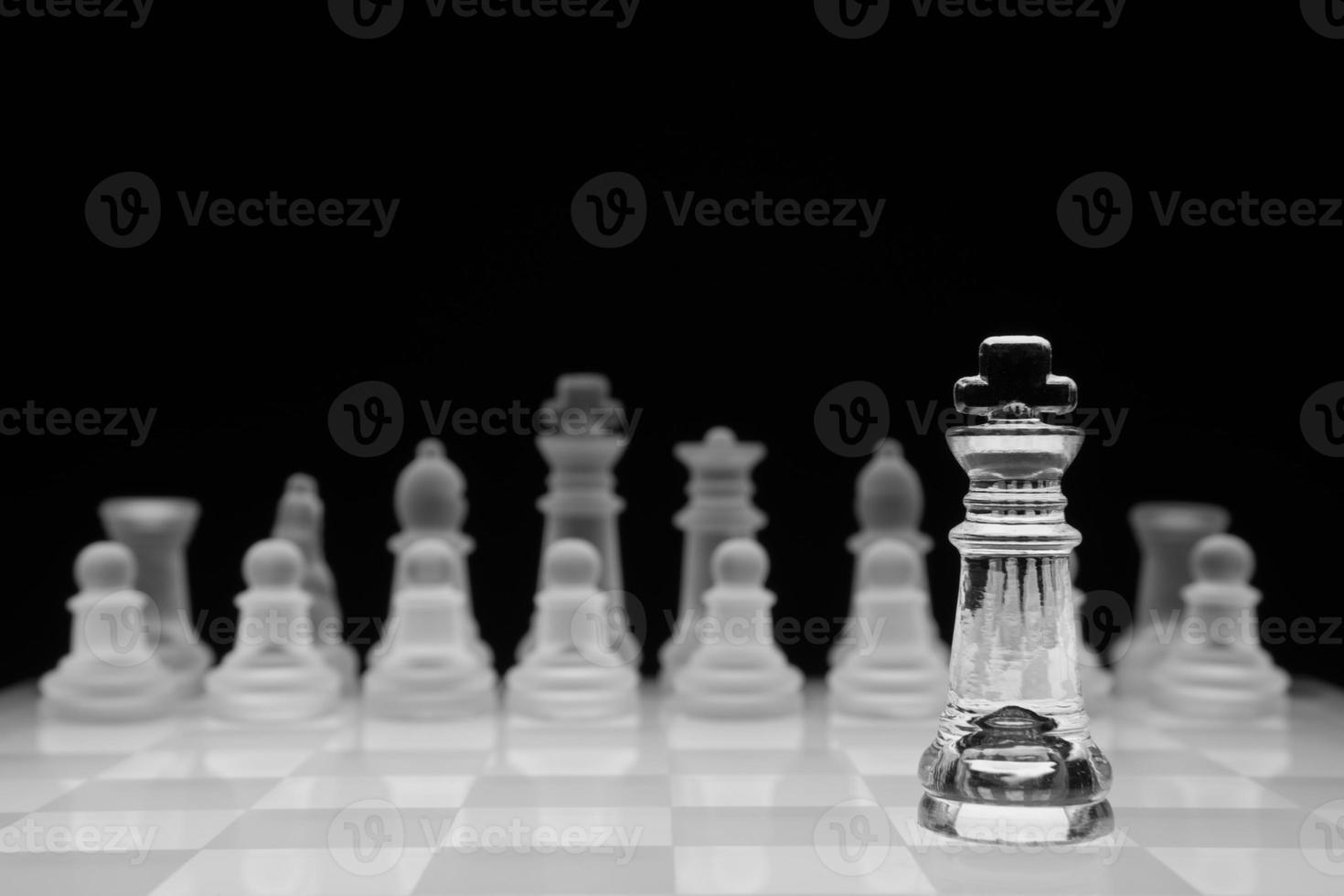schaken concept, geïsoleerd op zwart foto