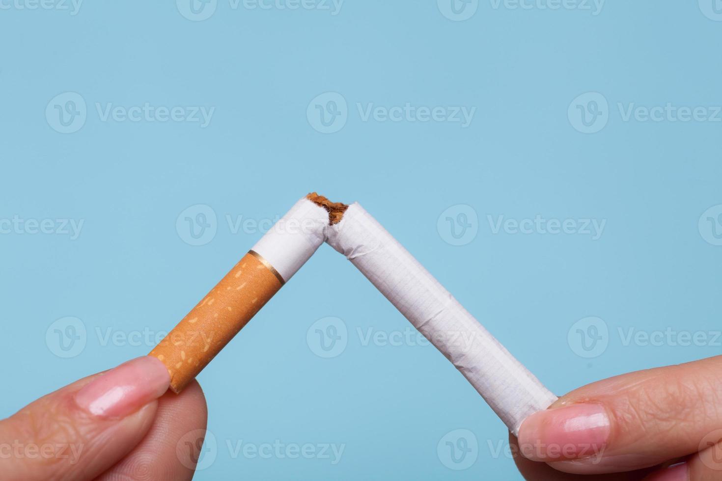 verslaving. handen breken sigaret. stoppen met roken. foto