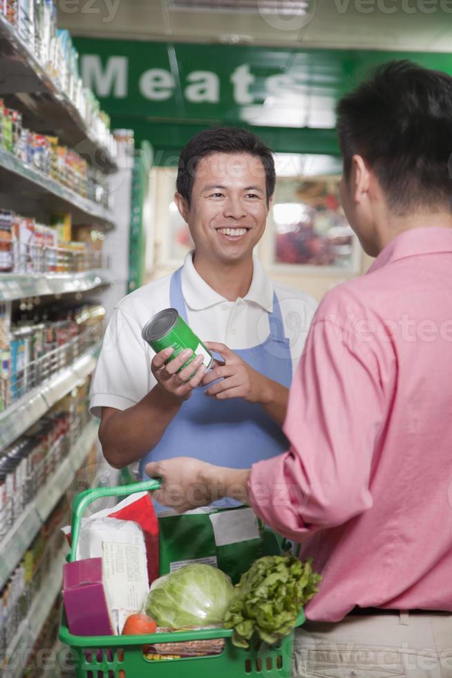verkoopbediende assisterende man in supermarkt, beijing foto