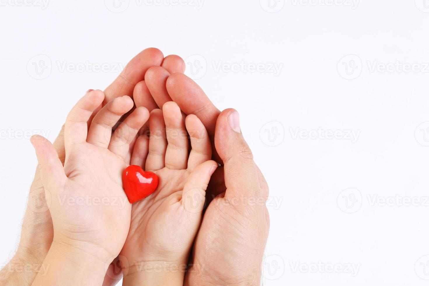 man en baby's handen met twee rode harten foto
