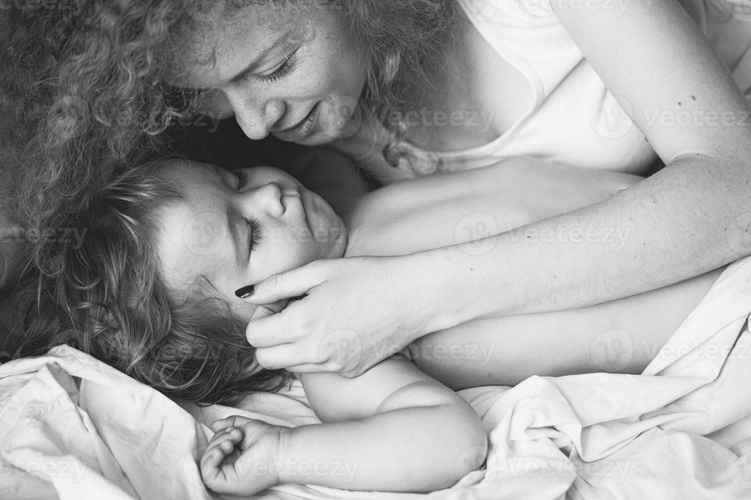 moeder met slapende baby foto