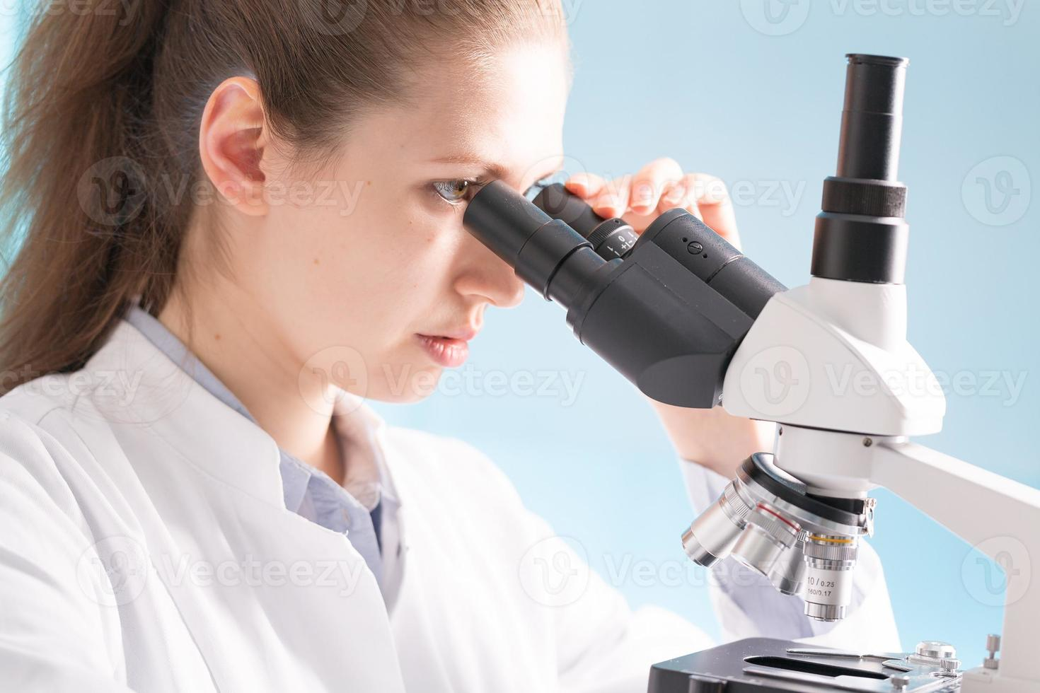 vrouw in microbiologisch laboratorium foto