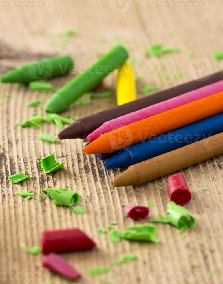 kleurrijke kleurpotloden op houten tafel foto