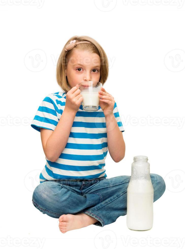 klein meisje consumptiemelk. foto