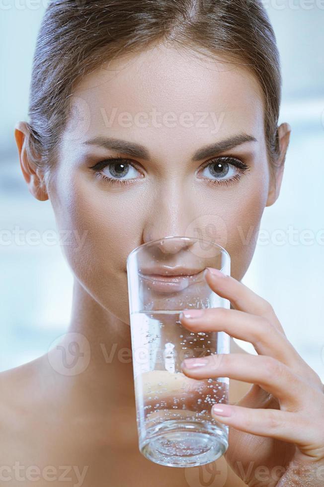 vrouw mineraalwater drinken foto