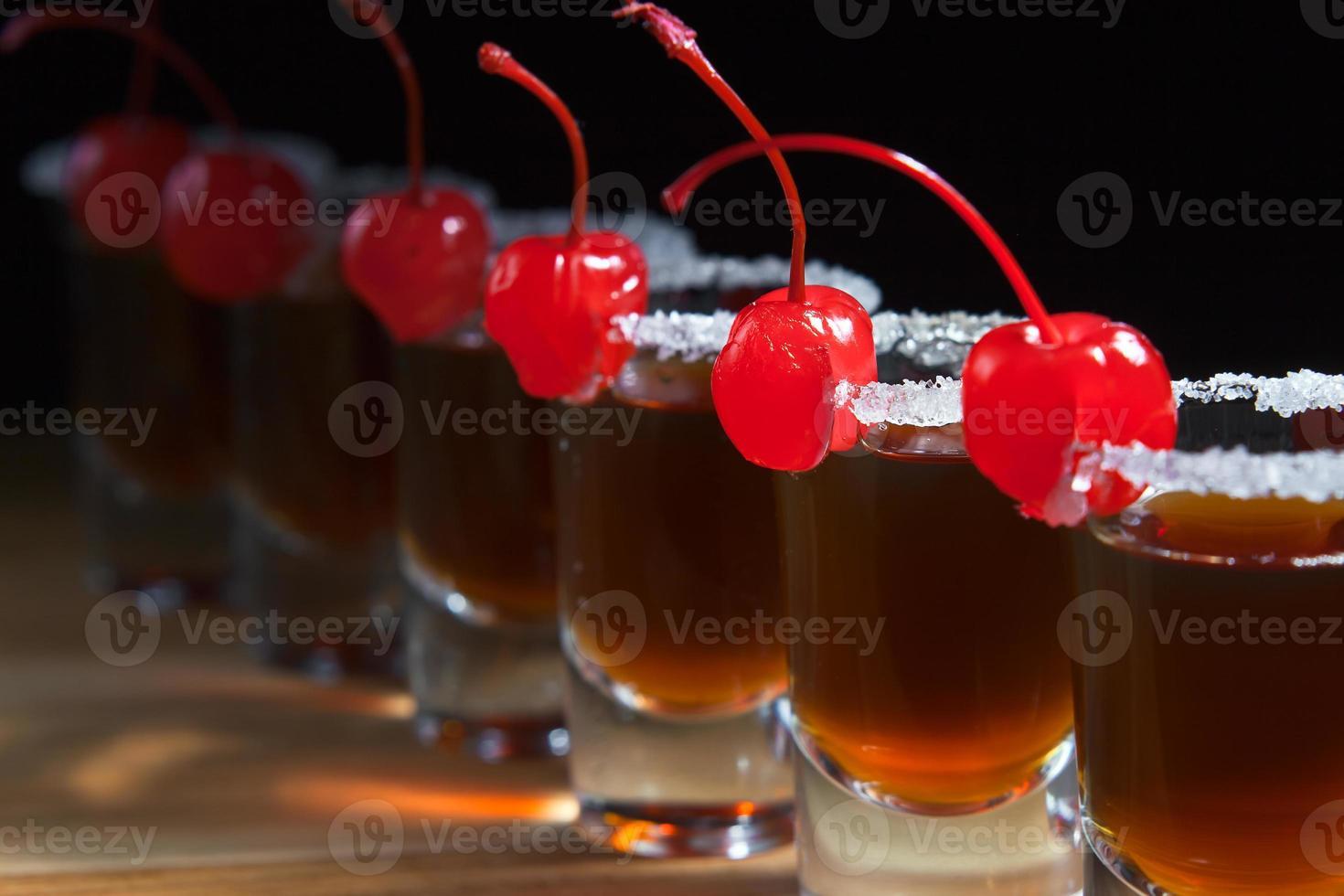alcoholische drank met kersen foto