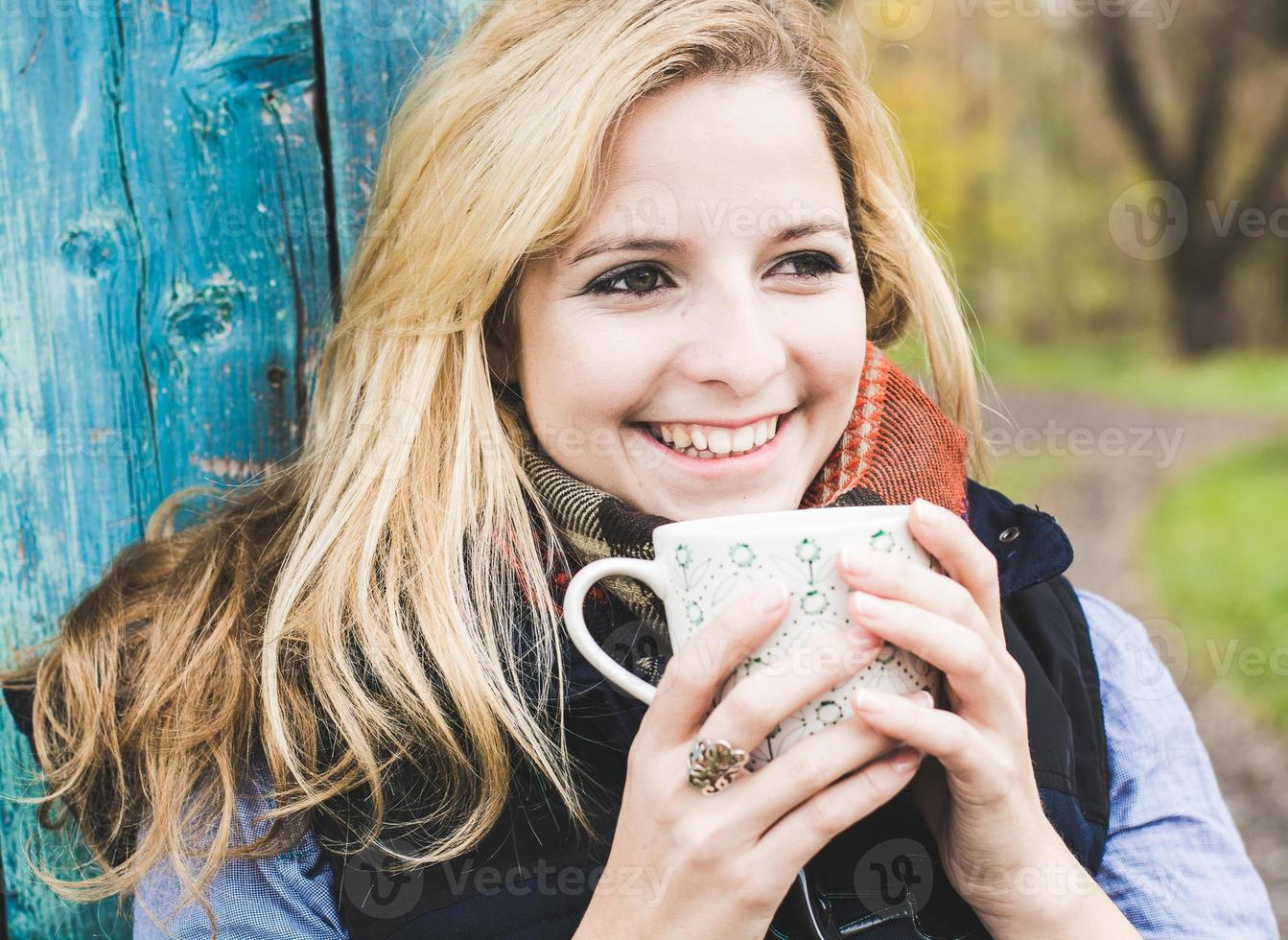 herfst vrouw koffie drinken. foto