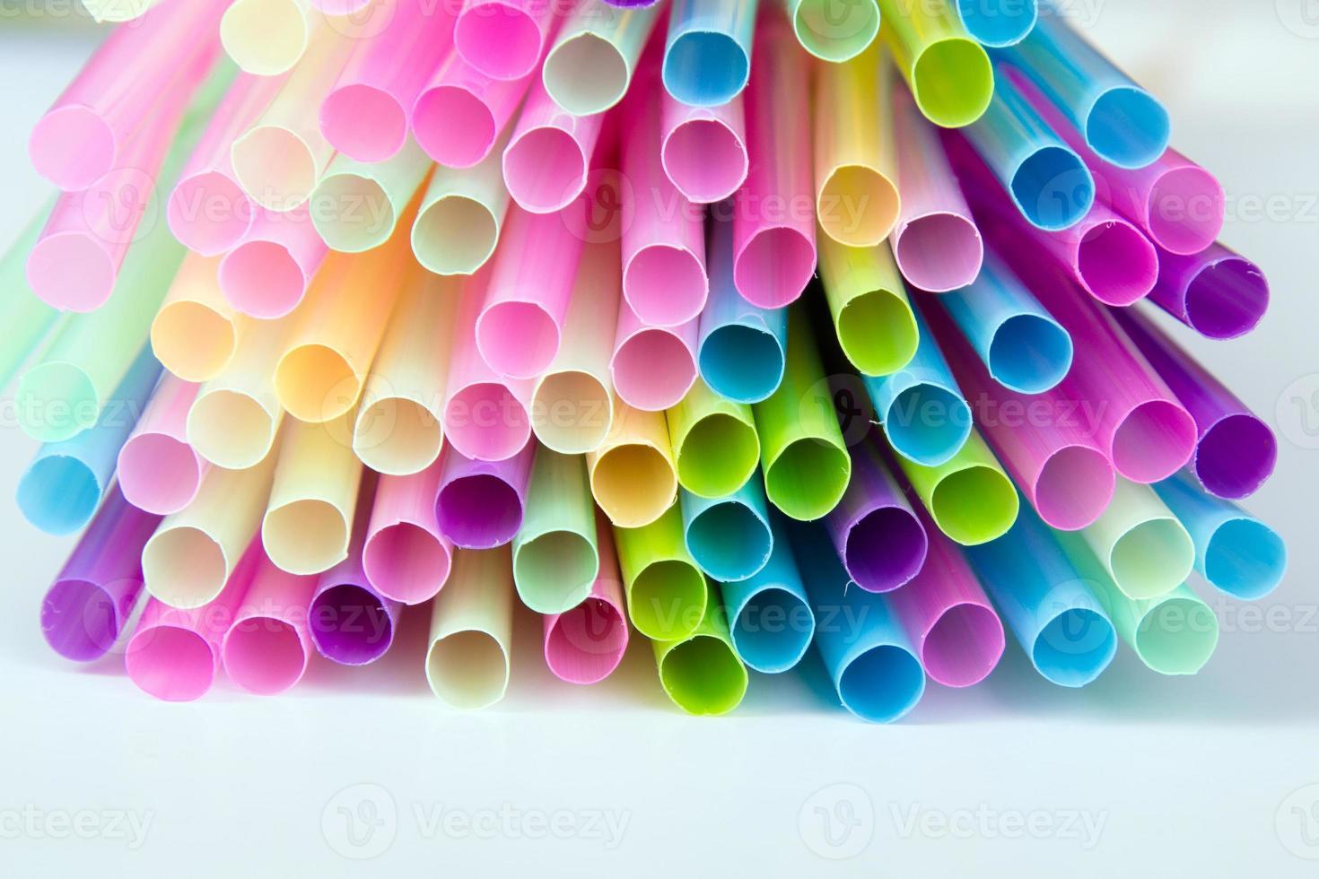 multi gekleurde plastic rietjes foto