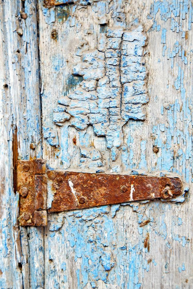 verf in de blauwe houten deur en marokko klopper foto