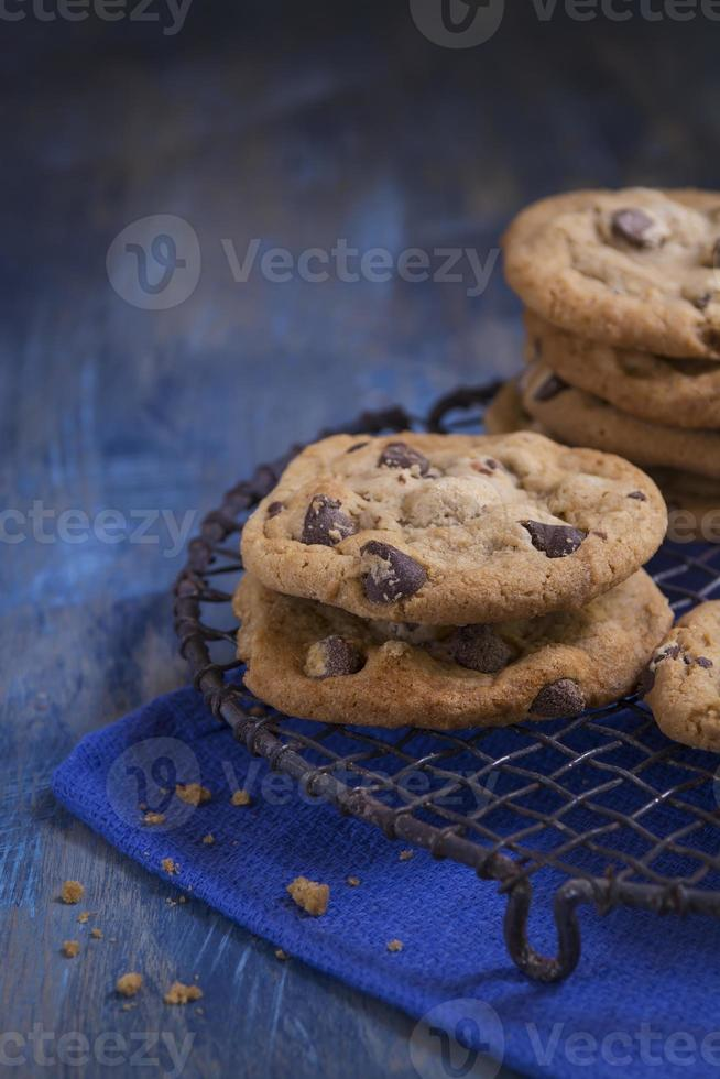 vers gebakken chocoladeschilferkoekjes op een rustiek koelrek foto