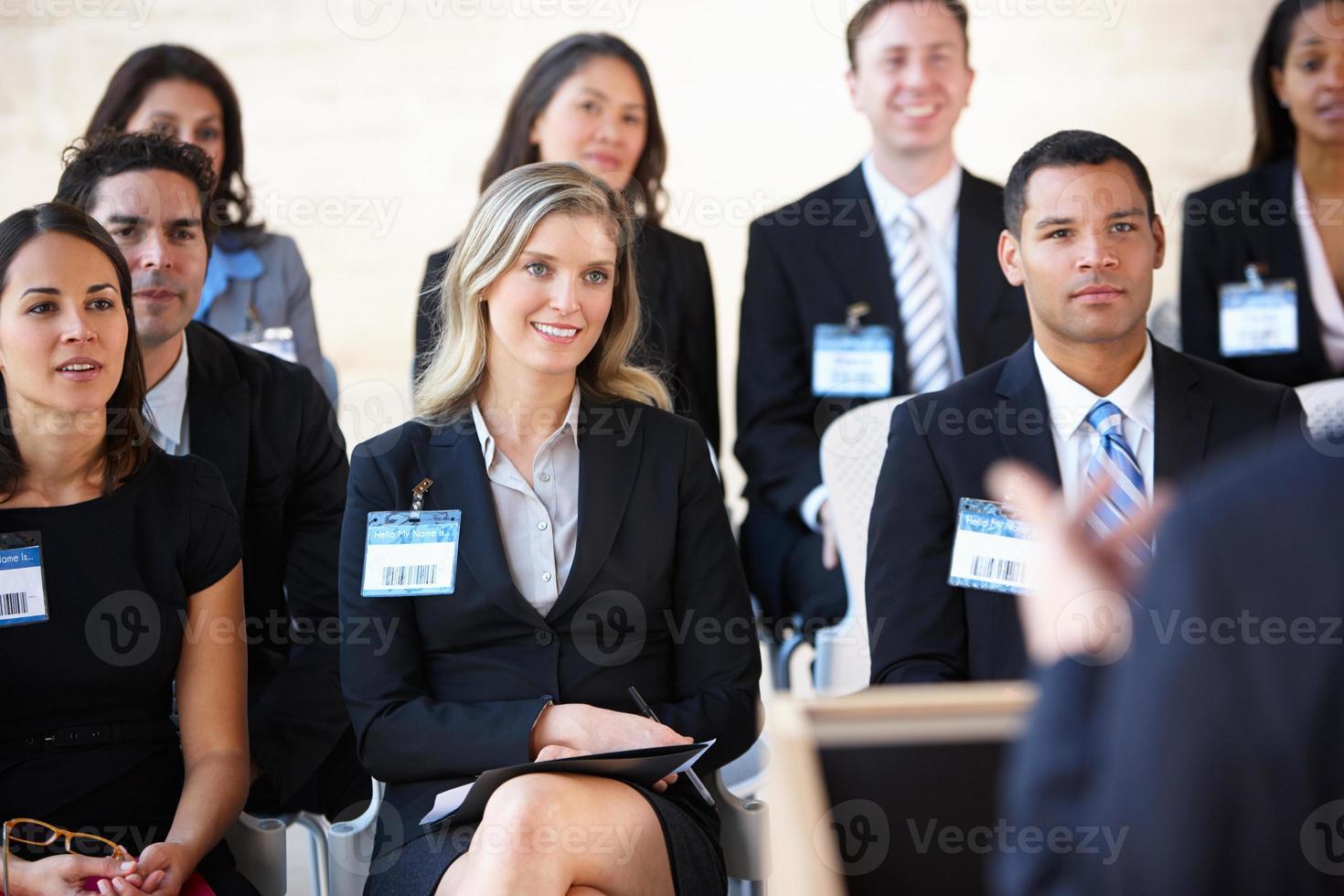 afgevaardigden luisteren naar spreker op conferentie foto
