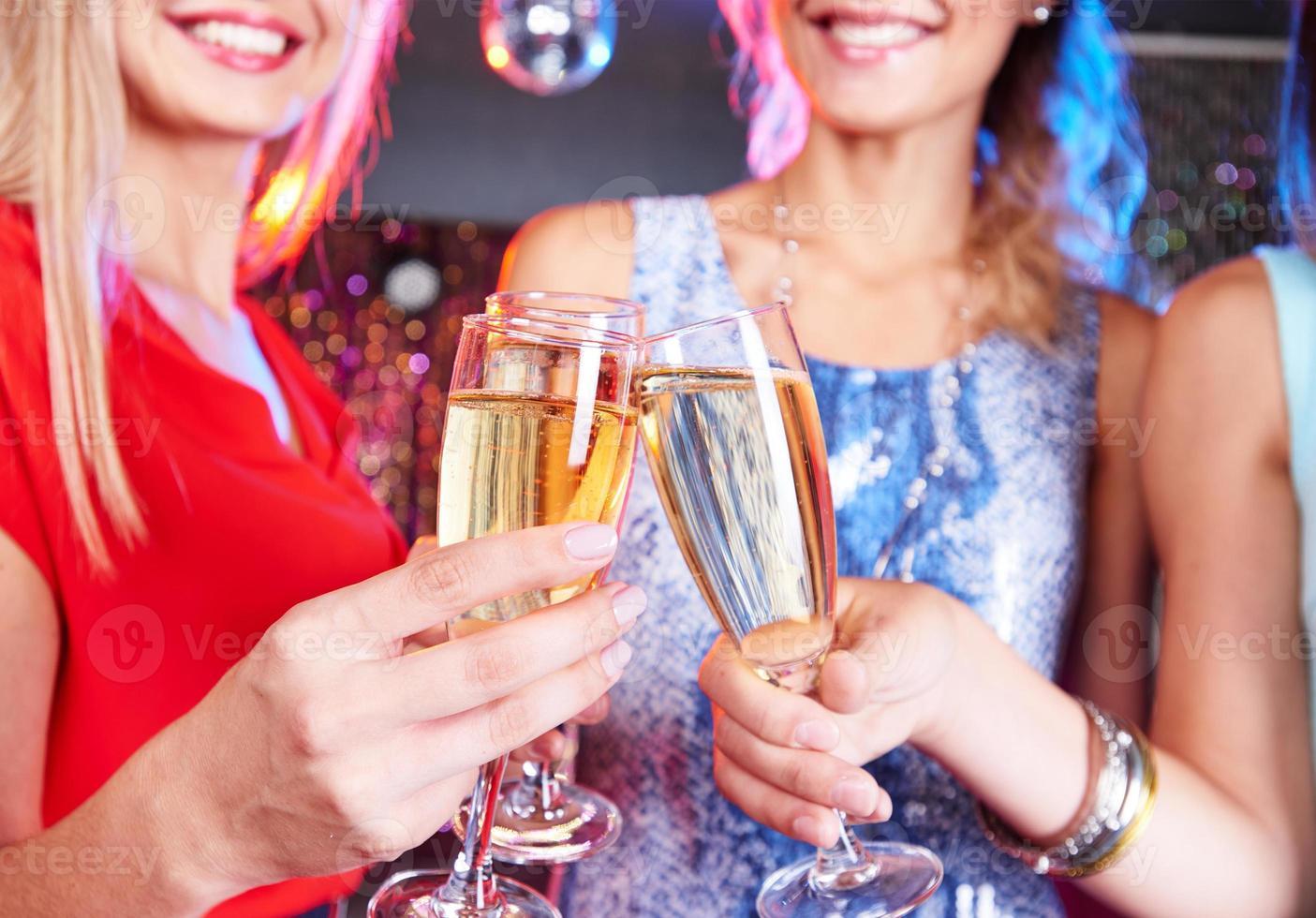 kletterend met champagne foto