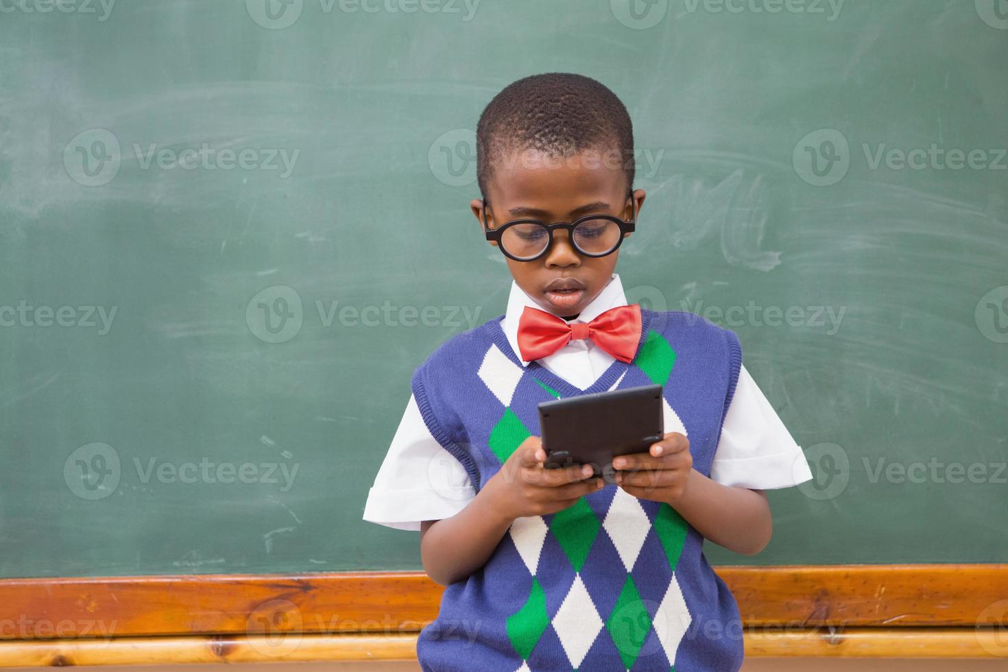 schattige leerling met rekenmachine foto
