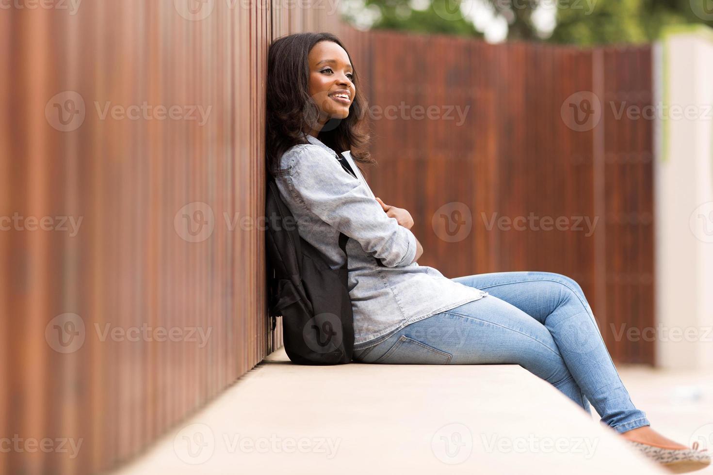 doordachte jonge Afrikaanse college meisje foto