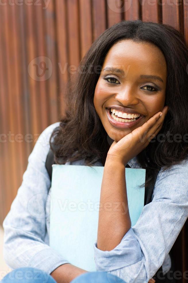 ontspannen jonge Afrikaanse student foto