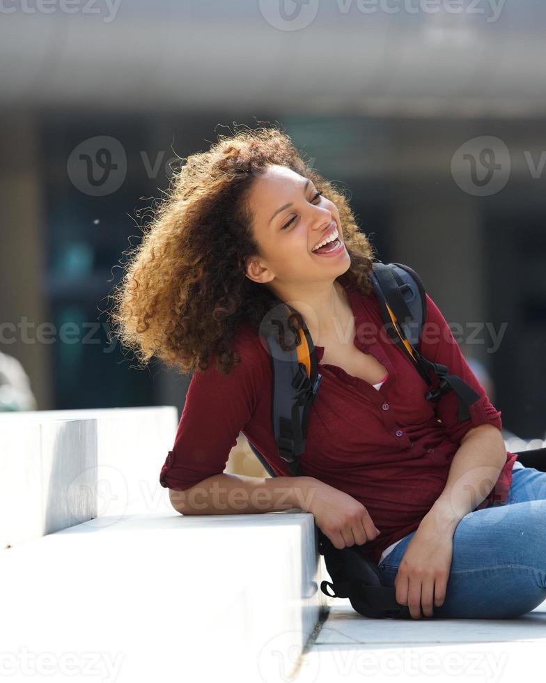 vrouwelijke student buiten zitten foto