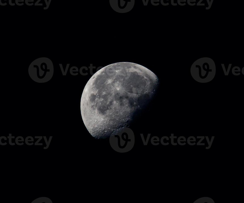 halve maan met kraters foto