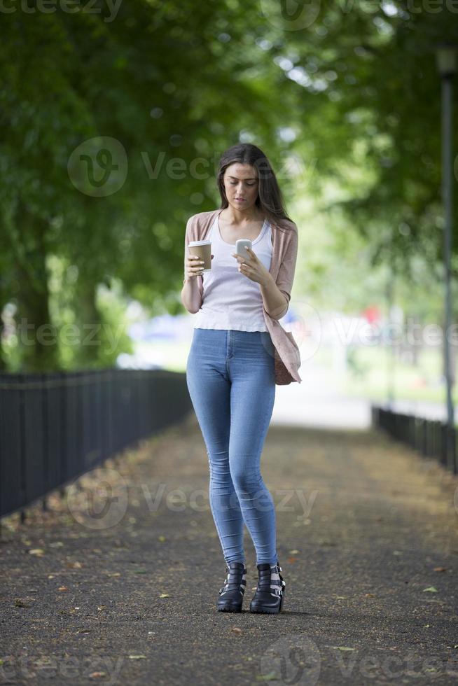 Kaukasische student met behulp van haar smartphone. foto