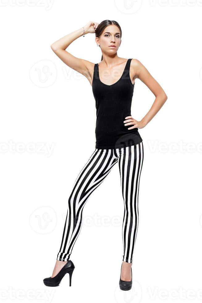 zelfverzekerde jonge vrouw, gekleed in een legging en shirt foto