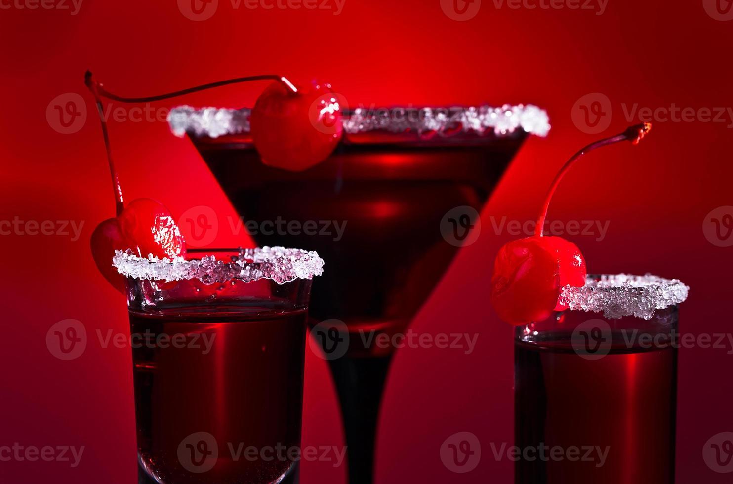 alcoholische dranken met kersen foto