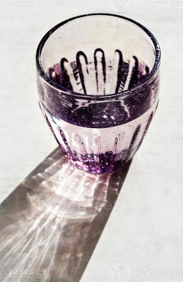 gefacetteerd glas met drinkwater foto